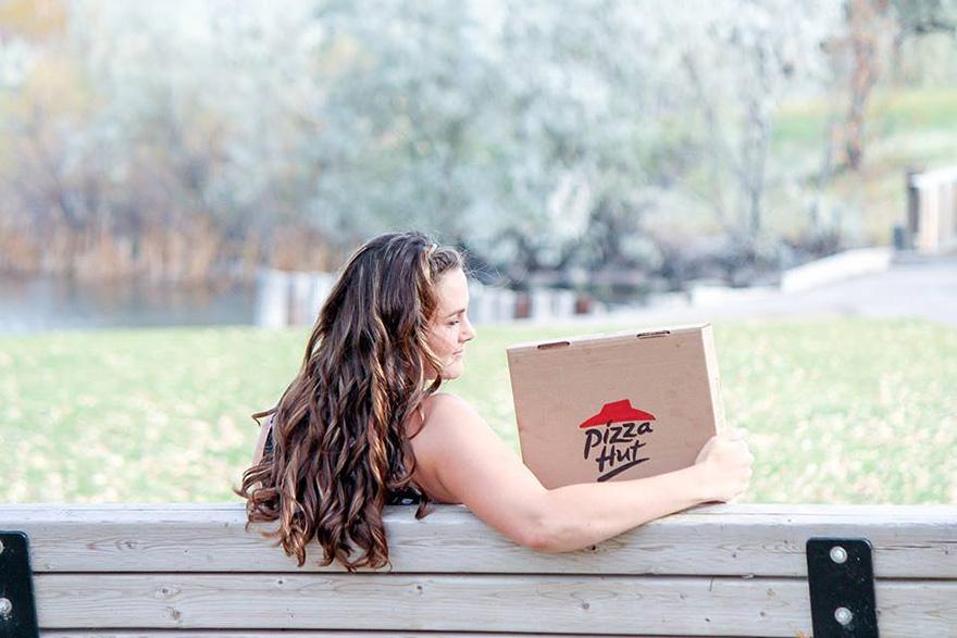 mujer fotografiandose con una pizza 5
