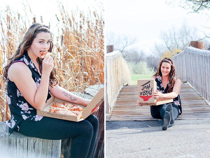 mujer fotografiandose con una pizza 6