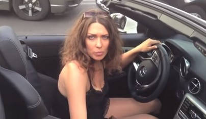 mujer en un mercedes