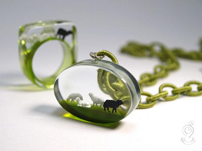 anillos con miniaturas dentro 8