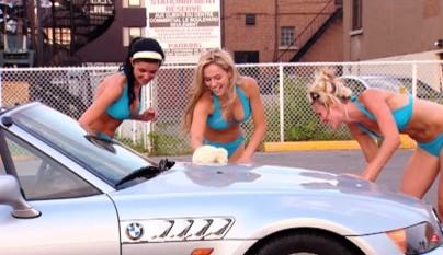 mujeres limpiando un coche