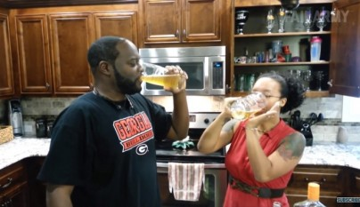 pareja bebiendo cerveza