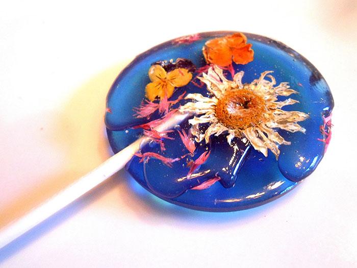 petalos de flores en piruletas 11