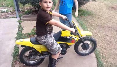 nino en una moto