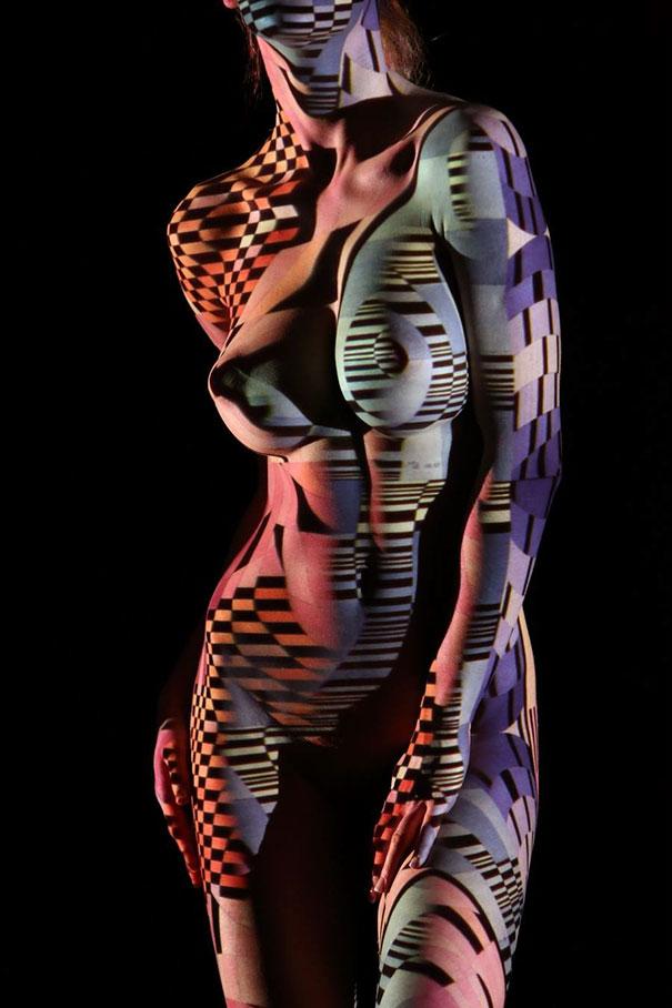 mujeres desnudas vestidas con luces y sombras 12