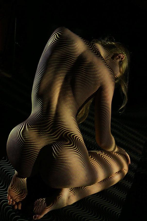 mujeres desnudas vestidas con luces y sombras 2