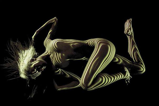 mujeres desnudas vestidas con luces y sombras 7