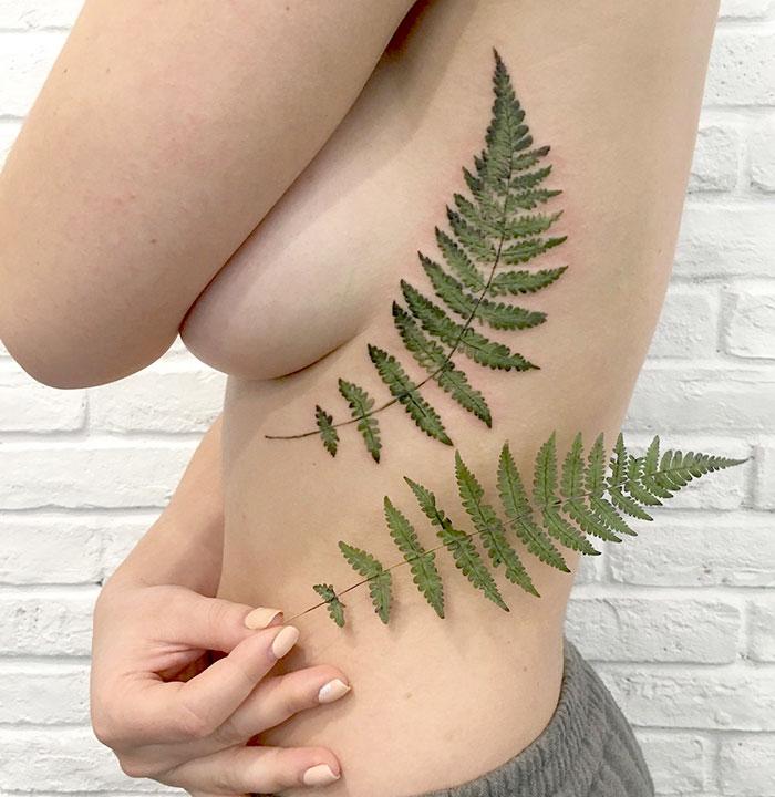 Tatuajes botánicos hechos con plantillas naturales