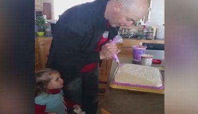 padre preparando pastel