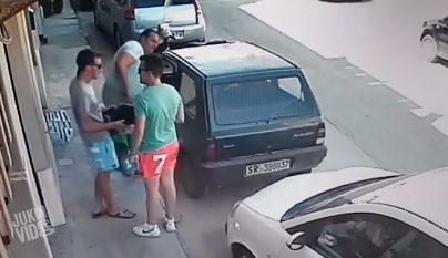 sacando coche aparcamiento