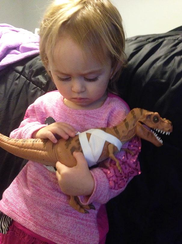 consolando a un dinosaurio herido