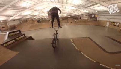 en bicicleta sobre el manillar