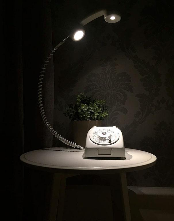 lampara hecha con un antiguo telefono