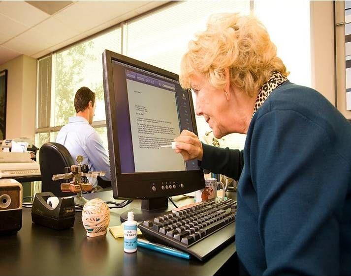 abuela-borrando-una-palabra-mal-escrita-en-el-ordenador