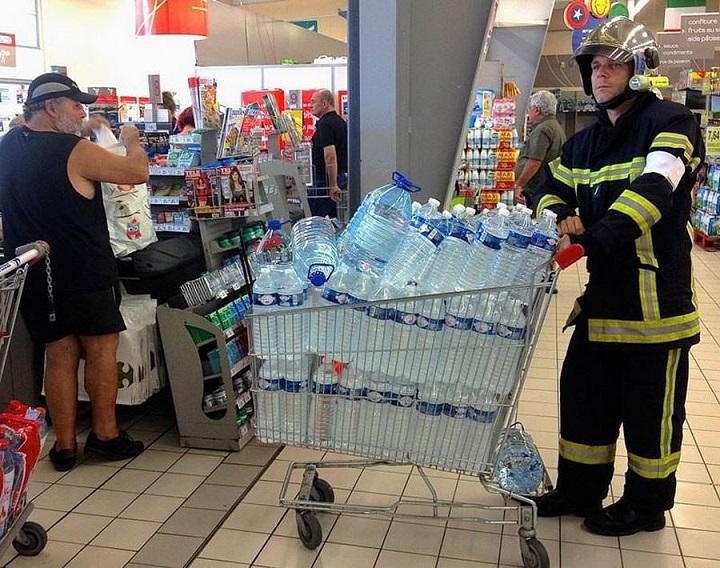bombero-haciendo-la-compra