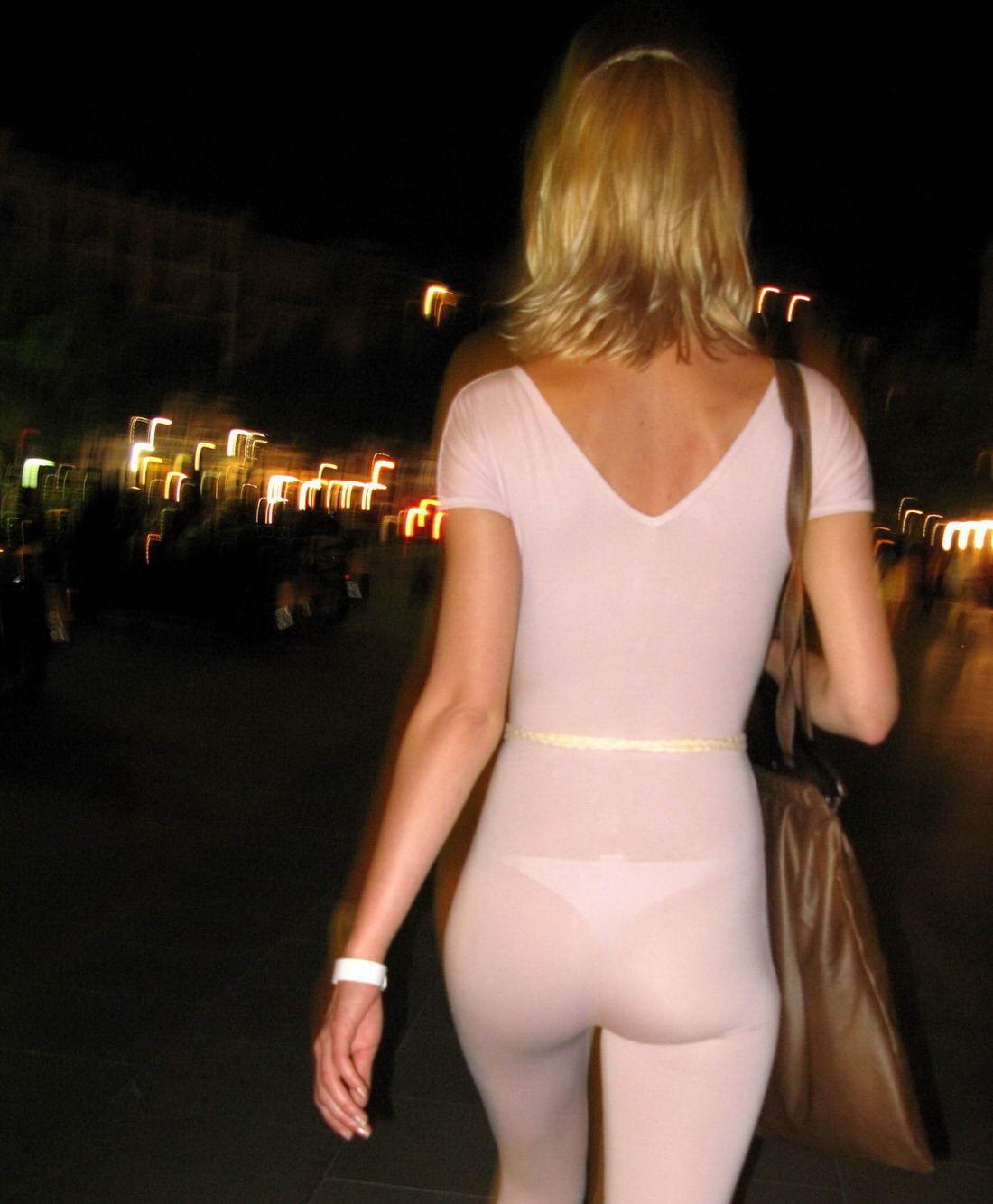 mujer-marcando-tanga