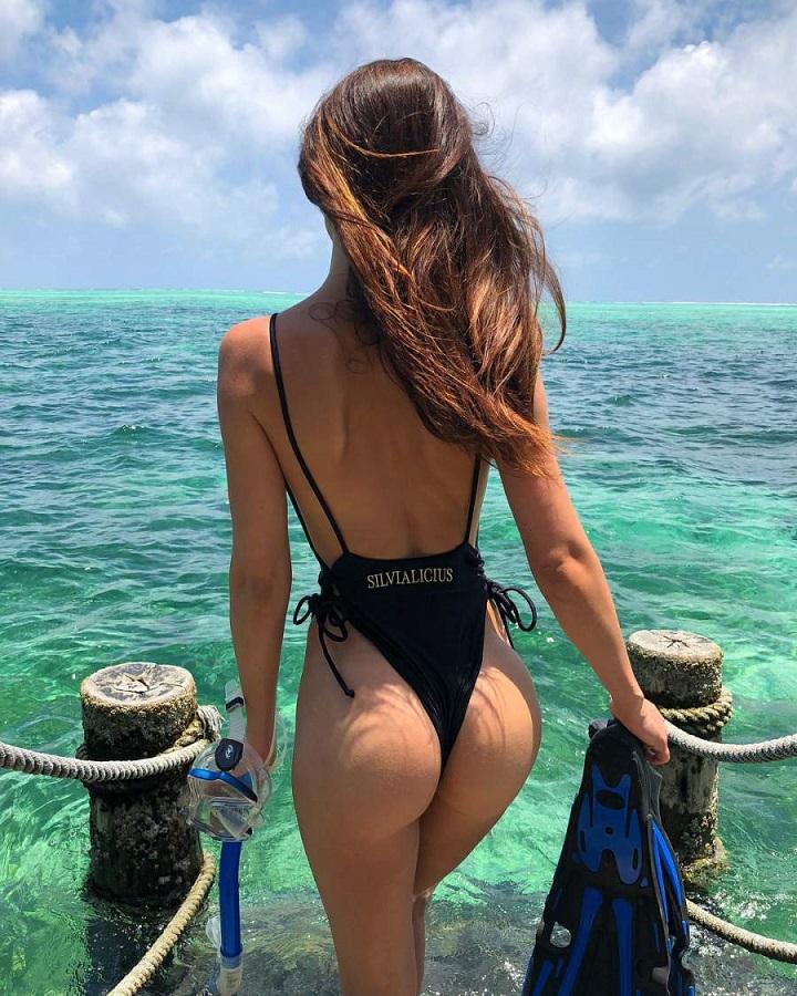 mujer-preparada-para-practicar-snorkel