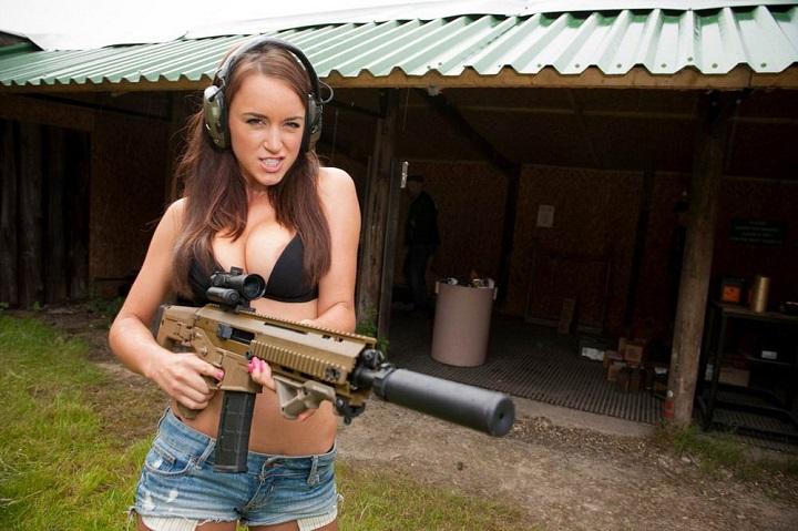 mujer-aficionada-a-las-armas