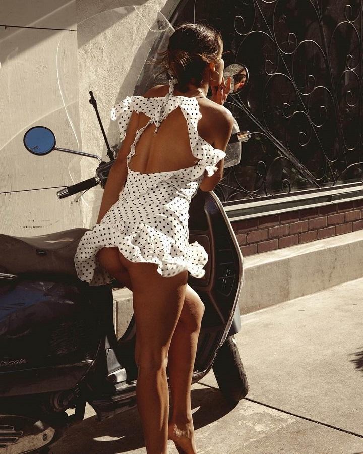 mujer-maquillandose-en-el-espejo-de-una-moto