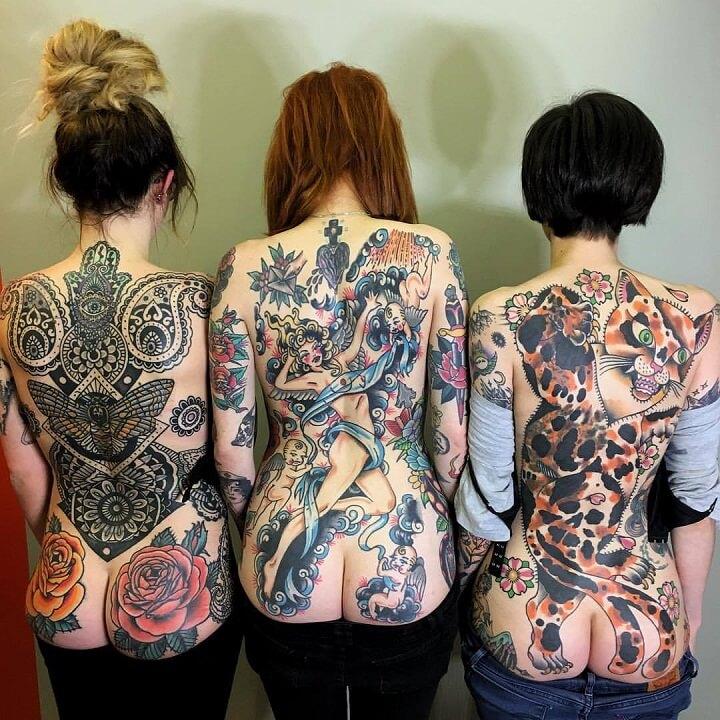 mujeres-con-la-espalda-y-el-culo-tatuado