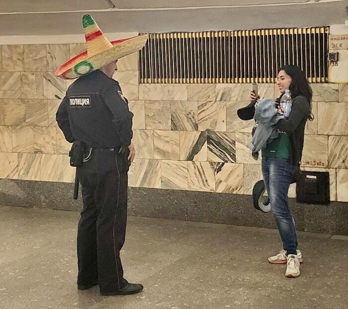 policia-ruso-con-un-sombrero-mexicano