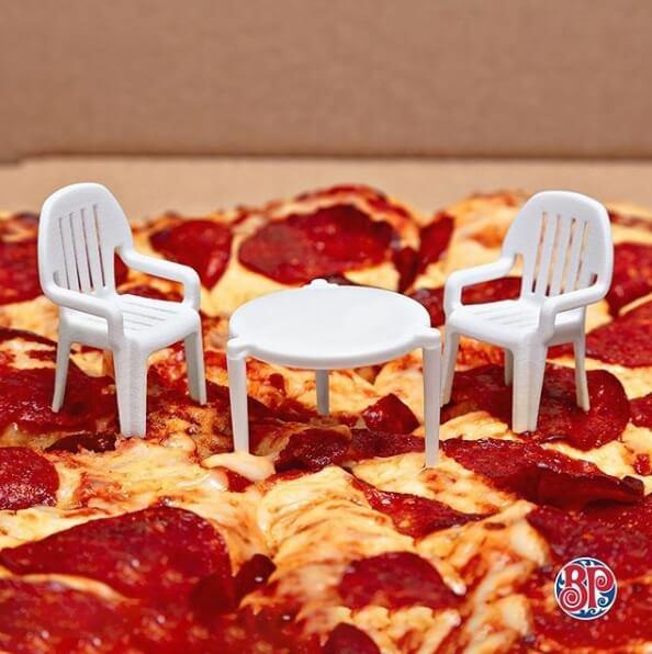 pizza-con-sillas-y-mesa