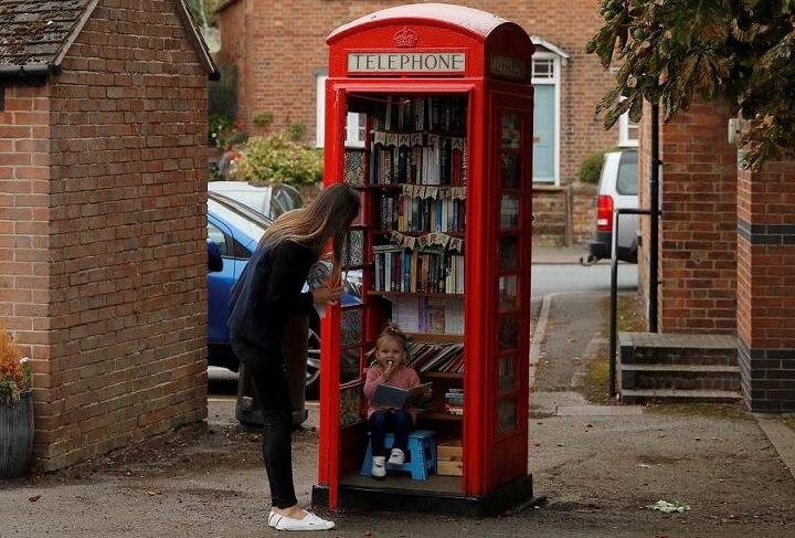 cabina-de-telefono-convertida-en-libreria