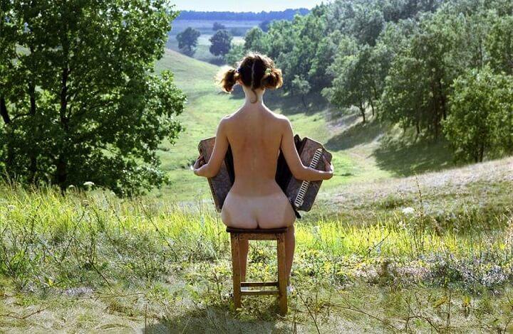 tocando-el-acordeon-desnuda