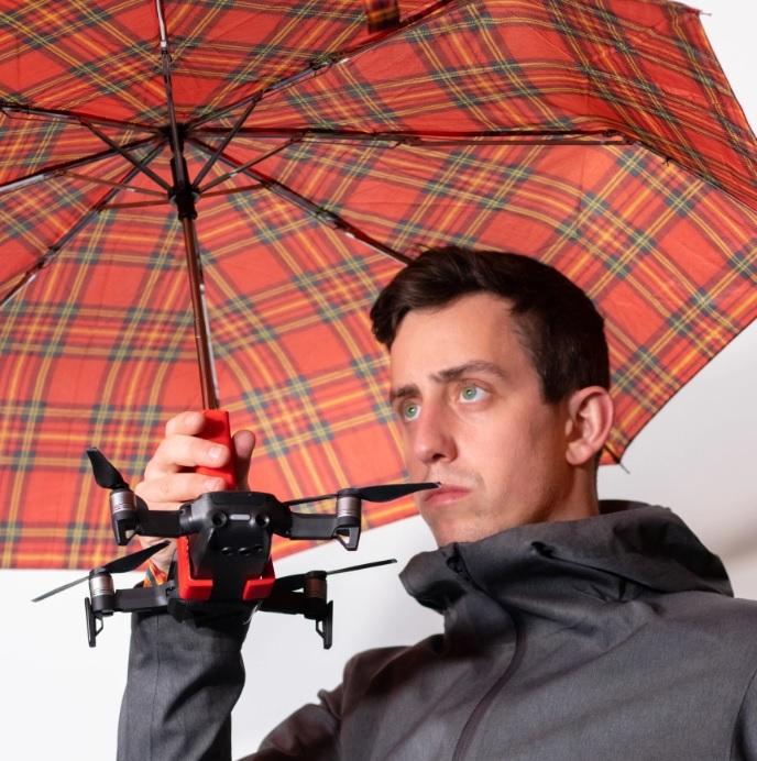 dron-con-paraguas