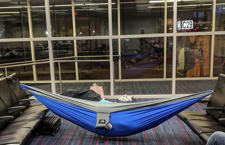 acampada-en-el-aeropuerto