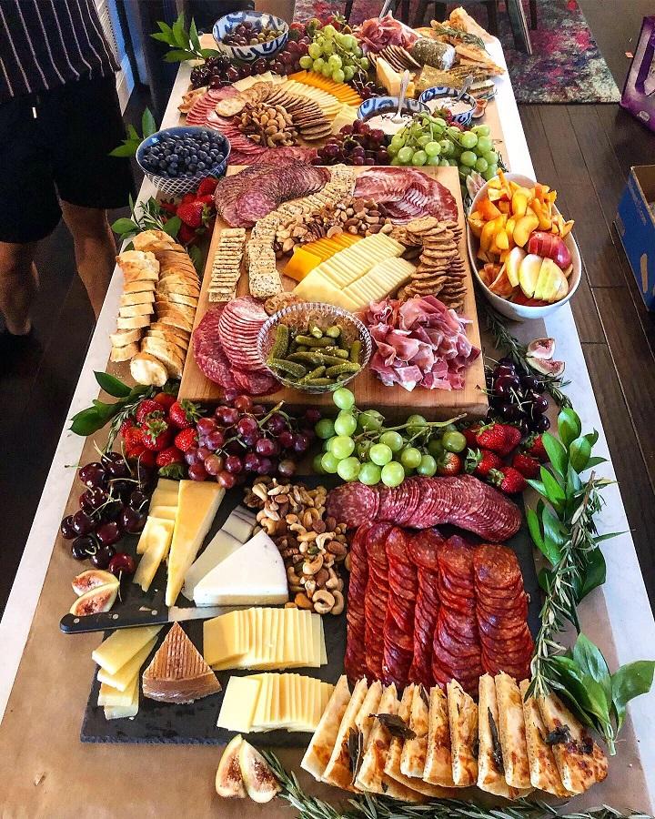 mesa-llena-de-comida