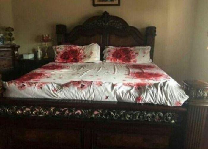 cama-con-estampado-de-rosas