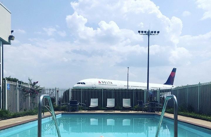 piscina-al-lado-del-aeropuerto