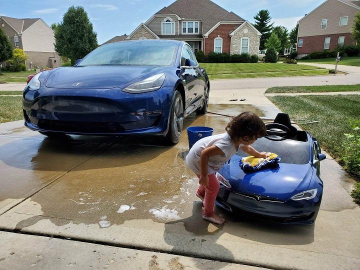 limpiando-un-pequeno-Tesla