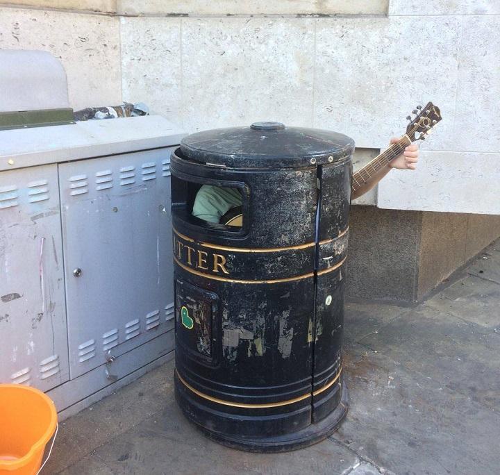 musico-callejero-camuflado