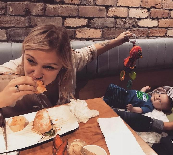 comiendo-con-un-bebe