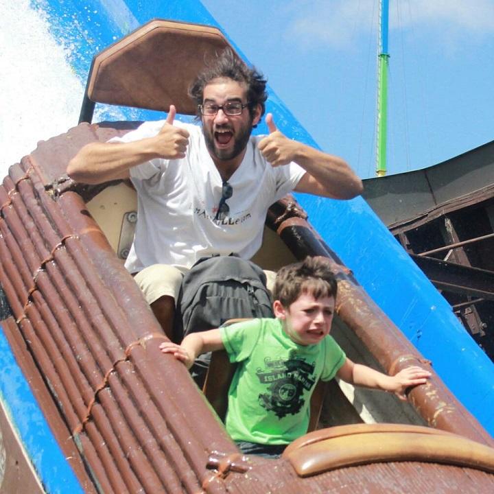 padre-e-hijo-en-el-parque-de-atracciones