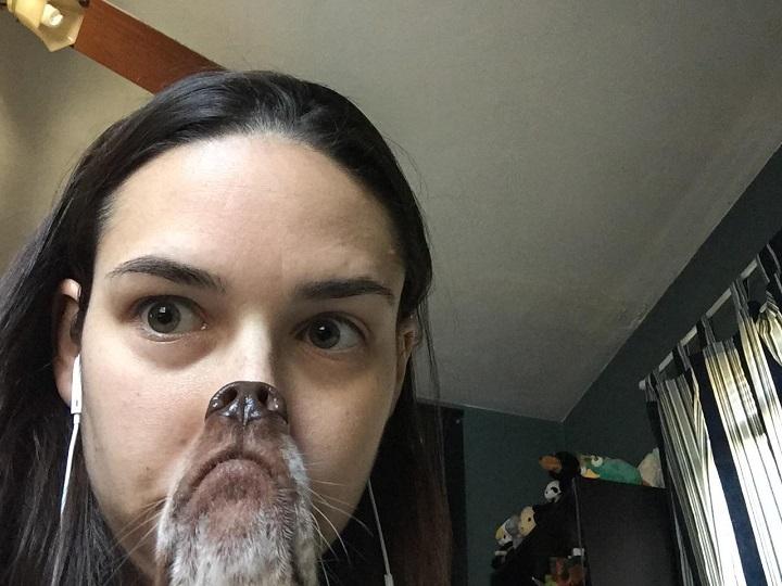 mujer-con-boca-y-nariz-de-perro