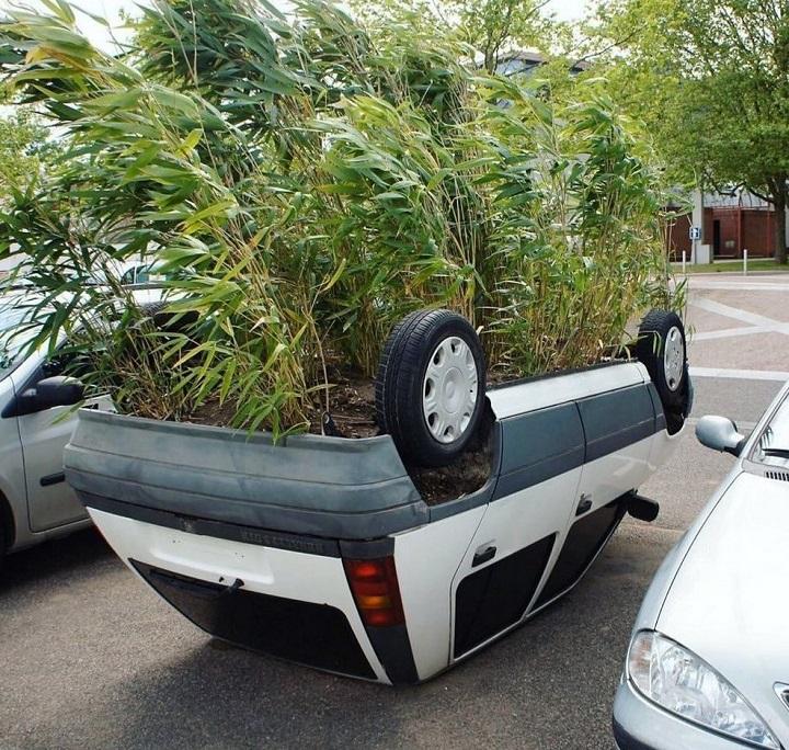 coche-convertido-en-maceta