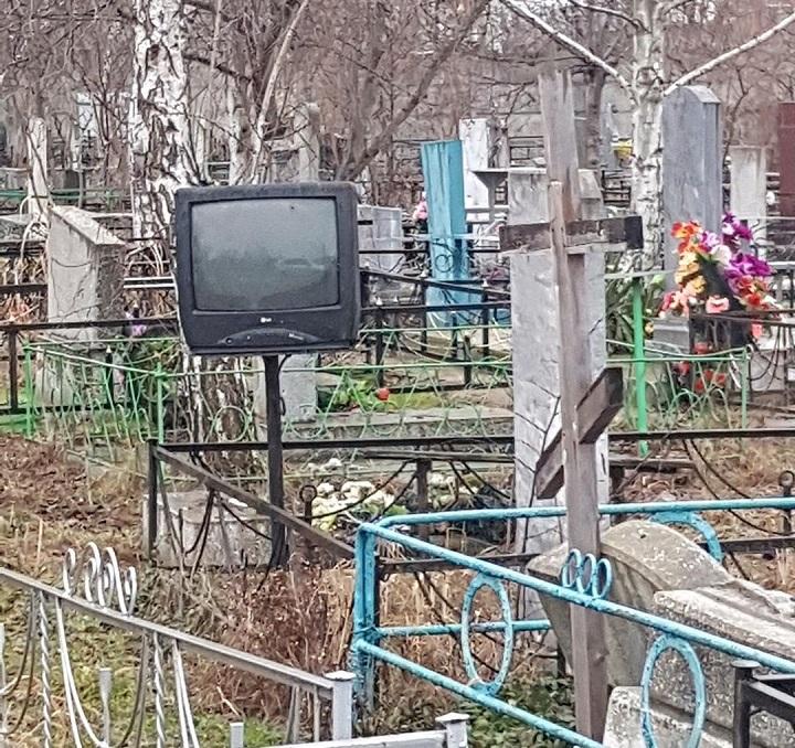 al-cementerio-con-su-tele